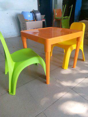 К -т детска маса и две столчета +подарък форми за сладолед